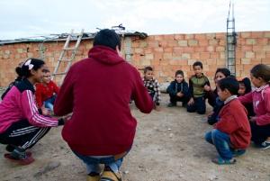 Echange entre des enfants et des volontaires d'IFKER